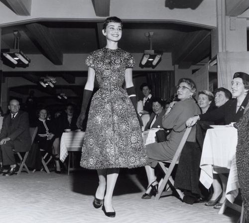 アムステルダムの高級デパートでの、チャリティー・ファッション・ショー。オードリー・ヘプバーンが、ジバンシィを着てサプライズ・ゲストとして登場。